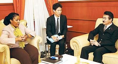 Secretária de Estado para a Cooperação Ângela Bragança com o senador Masahiro Sato