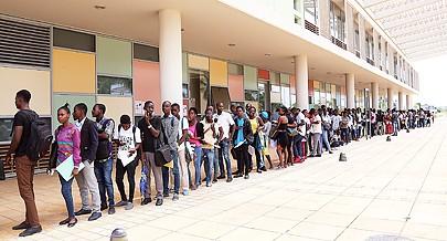 Milhares de jovens acorrem ao Campus Universitário do Camama para concorrer às cinco mil vagas que a Universidade Agostinho Neto tem disponíveis para o presente ano académico