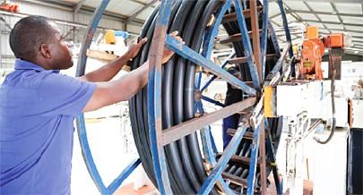 Condutas utilizadas nas redes de água são fabricadas na zona industrial de Viana