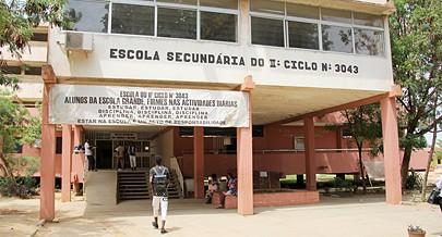 Mesmo com os vários apoios financeiros e materiais que receberam muitas escolas ainda assim cobraram ilegalmente dinheiro para a matrícula de alunos
