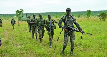 Tropas especiais foram desembarcadas  de helicóptero no terreno para reforçar o avanço das forças que  já estavam  na frente de combate