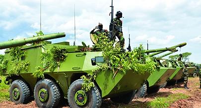 A infantaria motorizada recebeu voz de comando para avançar contra a simulada zona do inimigo