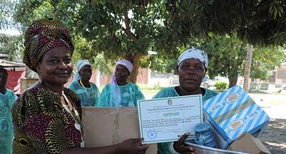 Parteiras tradicionais de Benguela exibem os diplomas depois de uma formação