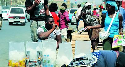 Vendedores dos mais variados produtos desde bebidas alcoólicas à água mineral e gasosa bem como de bolos e salgados percorrem a cidade capital à procura de clientes