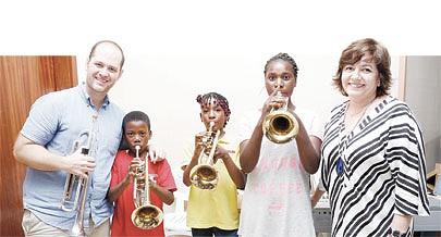 Trompetista espanhol Jordi Albert esteve na sede da Orquestra Sinfónica Kapossoca onde ministrou algumas aulas