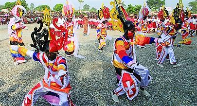 Ao som dos ritmos semba e kazukuta os grupos carnavalescos ultimam os preparativos para disputarem na Marginal de Luanda os primeiros lugares do entrudo