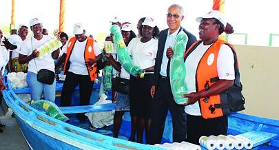 Diamantino Van Deste da empresa Total ladeado pelas trabalhadoras aquando da entrega de equipamentos para a captura do pescado