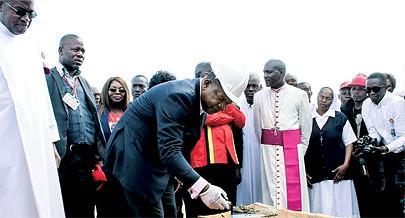 O vice-presidente do MPLA João Lourenço procedeu à inauguração de infra-estruturas sociais no Toco e lançou a primeira pedra para a construção da segunda fase do hospital  missionário Mamã Muxima