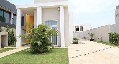 Quem financia a construção da casa é o próprio cliente  entrando  com trinta  ou quarenta  por cento do valor e vai liquidando ao longo da construção por um período de dois anos