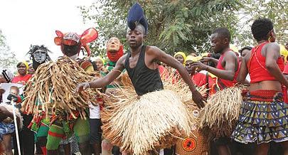 Os jovens apresentaram danças que mostram os hábitos e costumes culturais da região