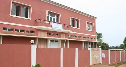 Fachada da Direcção Provincial do Cuanza Norte do  Ministério da Administração Pública Trabalho e Segurança Social recentemente reabilitada e apetrechada com novos equipamentos