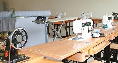 Sala de corte e costura do Centro de Formação Profissional Feminino do município de Quiculungo na província do Cuanza Norte