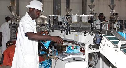 A produção de detergente em pó tem sido de dez toneladas por hora  e os produtos líquidos podem ser feitos a três mil litros por hora
