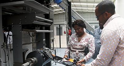 Ministra da Indústria Bernarda Martins tem estado a visitar fábricas com capacidade para colocar no mercado produtos de grande procura e reduzir as importações