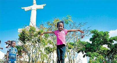 A menina Antónia Clemente e o irmão Novaz muito divertidos durante um passeio animado com a mãe à zona do Cristo Rei