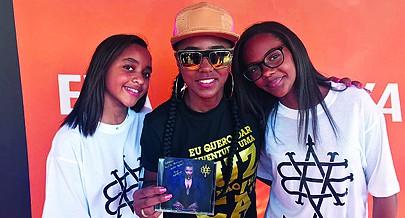 Cantora angolana exibindo ao lado de duas fãs o seu mais recente trabalho discográfico lançado no fim-de-semana em Luanda