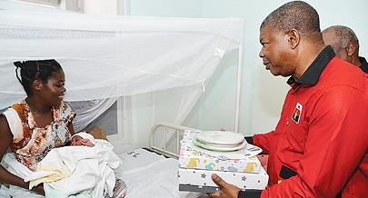A primeira parturiente do dia no Hospital do Zango recebeu do candidato do MPLA a Presidente da República um enxoval completo