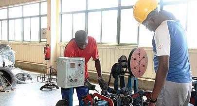 Parte substancial dos equipamentos utilizados no fabrico de cercas metálicas e arame farpado é operado por técnicos angolanos