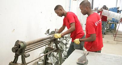 A empresa congrega  um número significativo de jovens que ganhou o primeiro emprego nesta unidade fabril