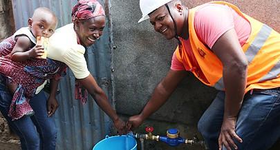 O número de famílias que beneficiam do fornecimento de água da EPAL aumentou e a satisfação dos moradores nos diferentes bairros e municípios é notória em cada residência