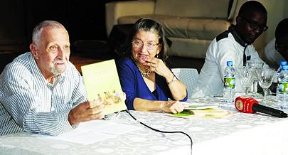 """Cremilda de Lima (ao centro) narrou em livro a """"História da literatura angolana"""""""