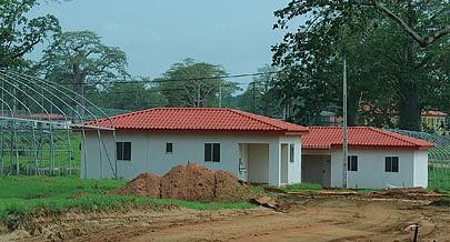 Camponeses da região foram integrados no projecto com direito a casas e parcelas de terra desbravadas incluindo assistência técnica