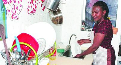 Moradora demonstra grande satisfação pelas condições encontradas para tratar da casa