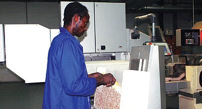 Técnicos da fábrica estão satisfeitos com as condições de trabalho e com o salário