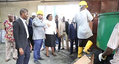Governadora de Cabinda e representantes da fábrica atentos a uma demonstração sobre a produção de carvão ecológico