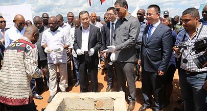 O ministro João Baptista Borges acompanhado pelo embaixador da China em Angola Cui Aimin destacou que a grande prioridade são as zonas que nunca tiveram energia eléctrica