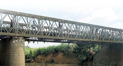 Por falta de uma balança de carga na fronteira têm transitado na ponte  camiões carregados com mercadoria superior ao normal o que levou à deterioração rápida dessa infra-estrutura