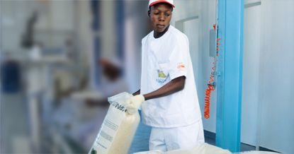 A fábrica está equipada com três silos com capacidade de armazenar milhares de toneladas de arroz  e máquinas de descasque e embalagem