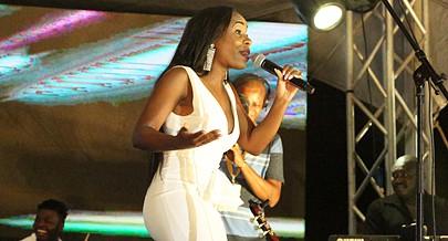 A cantora Érika Nelumba