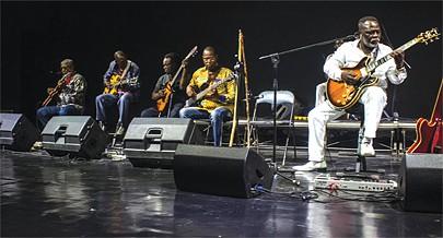 Teddy Nsingui (à direita) é um virtuoso guitarrista entre os mais solicitados no escasso mercado de instrumentistas angolanos