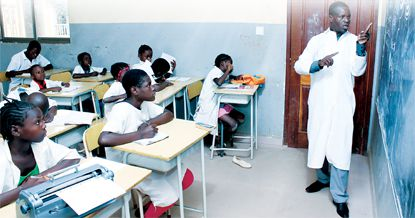 O partido no poder vai elaborar e implementar um programa nacional de formação de professores com parceria estrangeira para diminuir a baixa de docentes em relação aos alunos e aumentar a qualidade do ensino no país