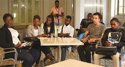 Encontro entre escritores e  estudantes e membros de movimentos literários da capital permitiu uma troca de experiência entre várias gerações