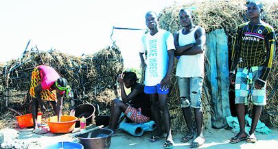 O clima quente e a escassez de água fazem parte do quotidiano destes jovens