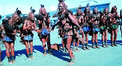Dança animada num ritual da mulher mucubal dando as boas-vindas aos visitantes da província do Namibe logo à chegada no aeroporto Welwitschia Mirabilis