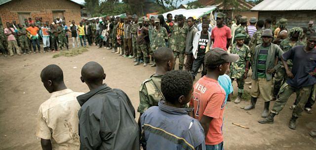 Milhares de crianças do continente africano são recrutadas pelos senhores da guerra como soldados e submetidas a formas condenáveis de violência extrema durante ataques a aldeias