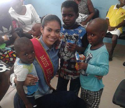 Miss Angola acarinha crianças com cancro