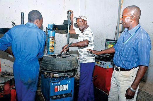 Programa de reinserção social dos antigos combatentes inclui a distribuição gratuita de equipamentos para diversos ofícios incluindo material de recauchutagem de pneus