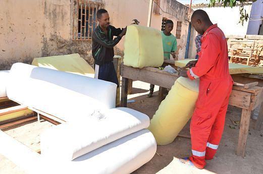 Pequenos negócios como a montagem de cadeirões garantem o sustento de muitos jovens