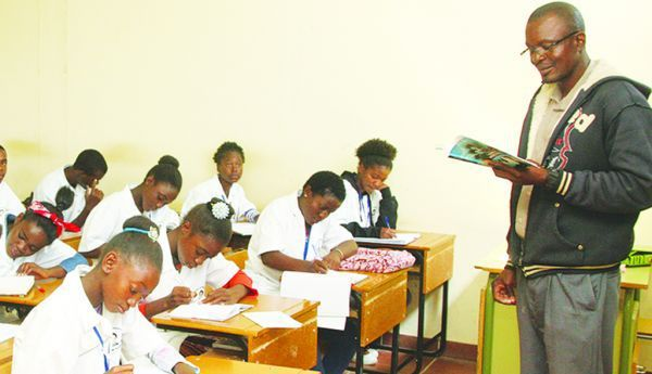Alunos do ensino primário durante as aulas