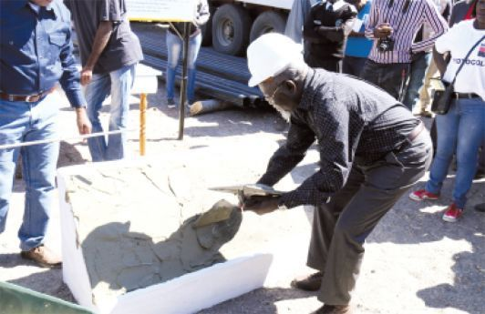 Governador quando lançava a primeira pedra para a construção da infra-estrutura