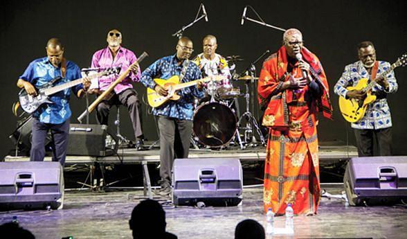 Compositor de múltiplos recursos poéticos, Elias diá Kimuezu interpretou vários sucessos da sua carreira acompanhado pela Banda Movimento