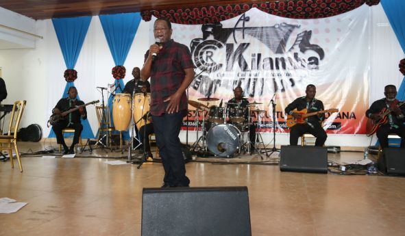 Sam Mangwana entre os artistas convidados que animaram a tarde dançante no Kilamba