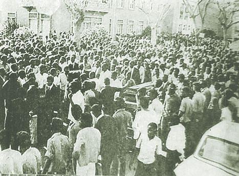 O funeral das vítimas de 11 de Julho de 1974 no Cazenga, vendo-se em primeiro plano o cordão de protecção garantido pelos militares angolanos