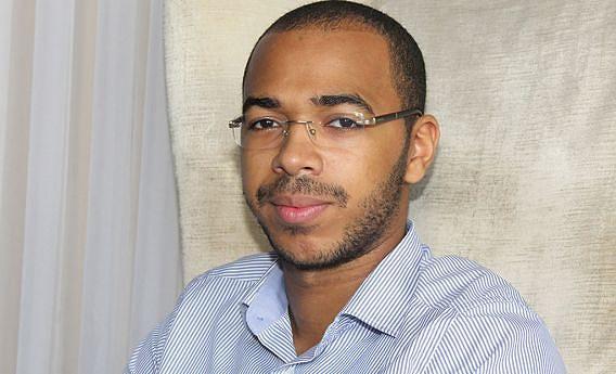 Alexandre de Sousa é formado em Arquitectura pela  Universidade Metodista de Angola, trabalha como técnico do Ministério das Finanças e Professor Auxiliar
