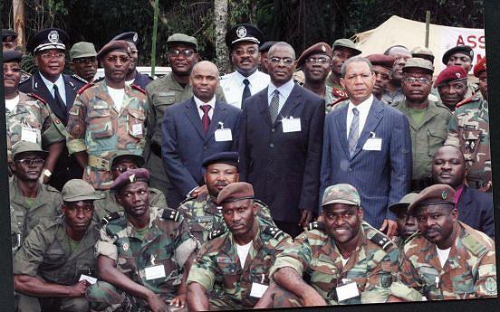 Após a assinatura do cessar-fogo em Chicamba os participantes nas negociações posaram para a posteridade