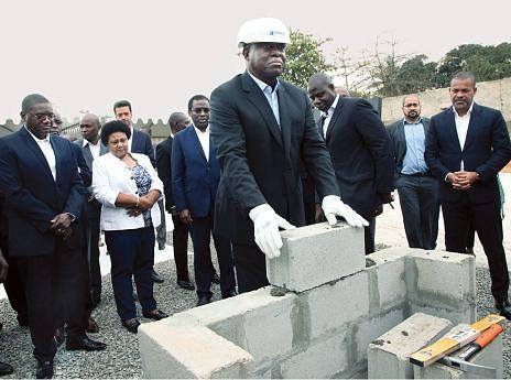 Vice-Presidente da República colocou ontem a primeira pedra para a construção do Hospital Materno-Infantil de Belas